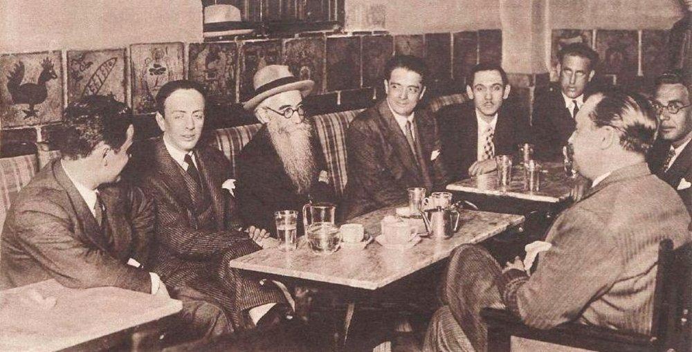 Valle-Inclán, en el centro, y otros tertulianos en el Nuevo Café de Levante
