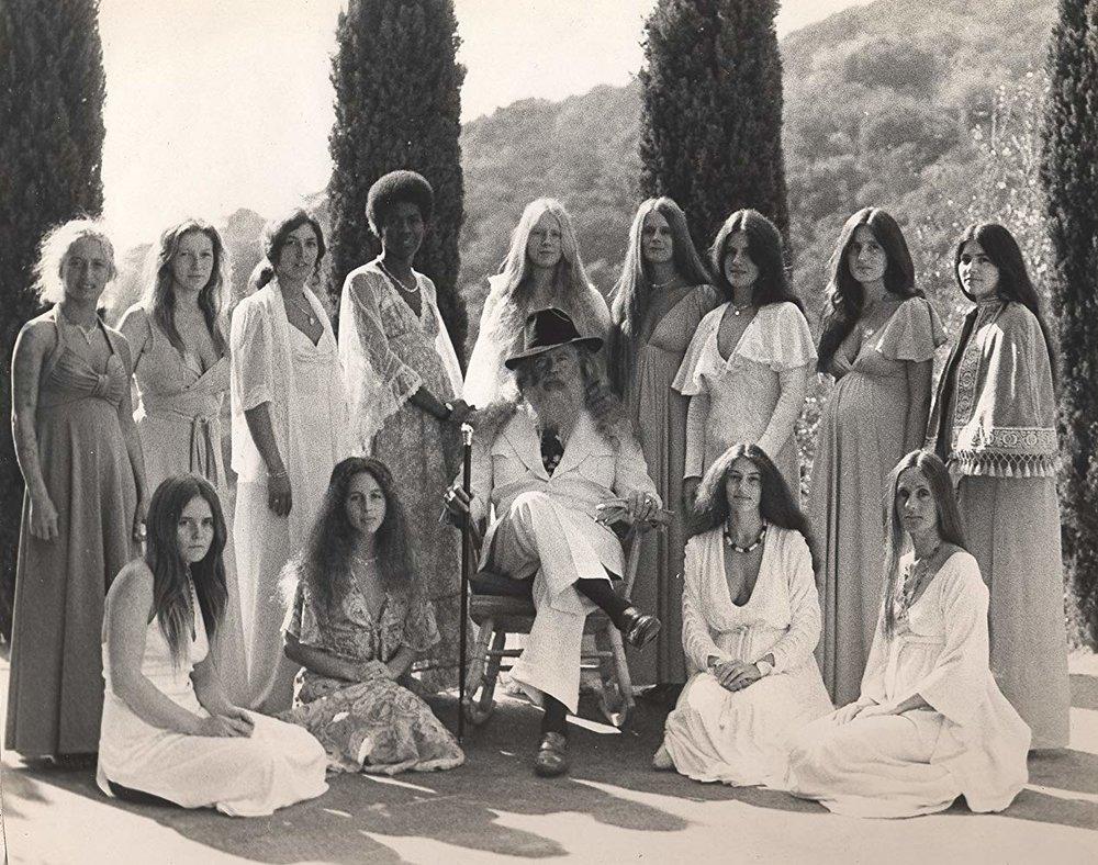 El padre Yod, en el centro, junto a sus numerosas esposas «mágicas»