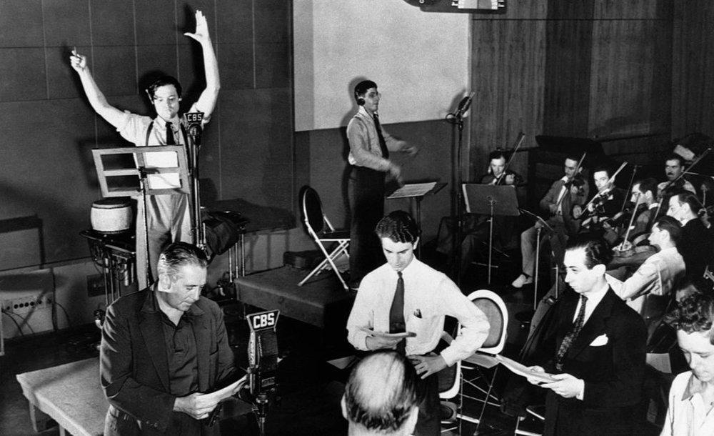 Welles y su equipo en plena retransmisión del fake (1938)e