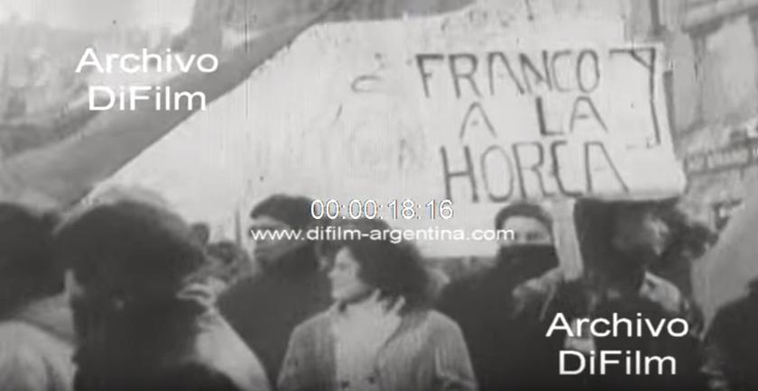 «Franco a la horca», pancarta de los manifestantes (DiFilm. España, 1969)