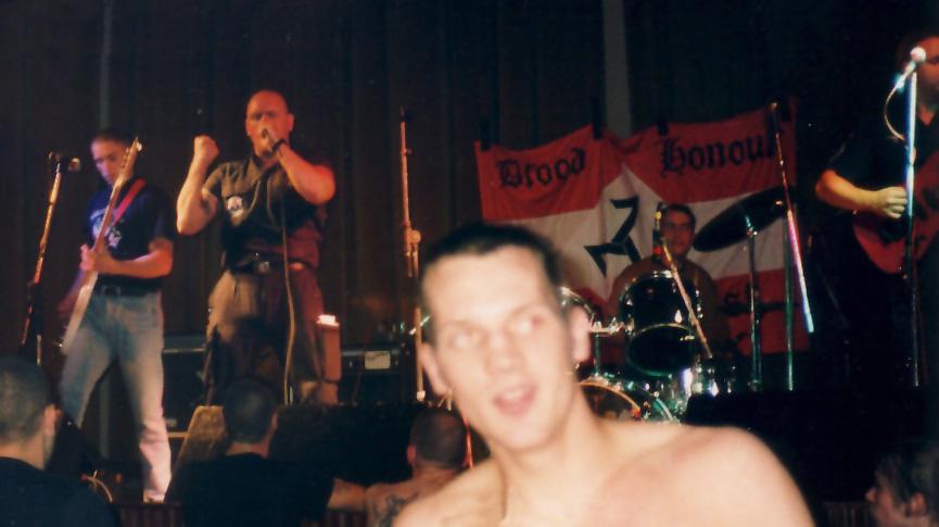 Stuart, al frente de Skrewdriver, durante la actuación