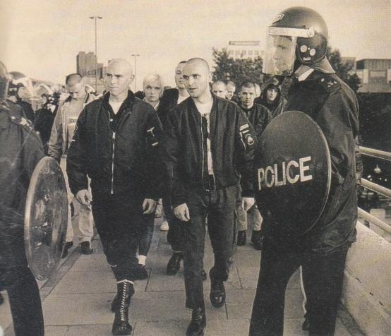 Neonazis de B&H escoltados por la policía durante la batalla de Waterloo