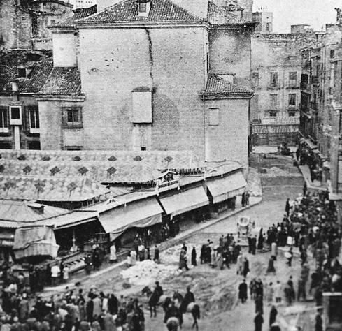Plaza del Carmen en 1935, aún con el mercado y, al fondo, la Iglesia de El Carmen