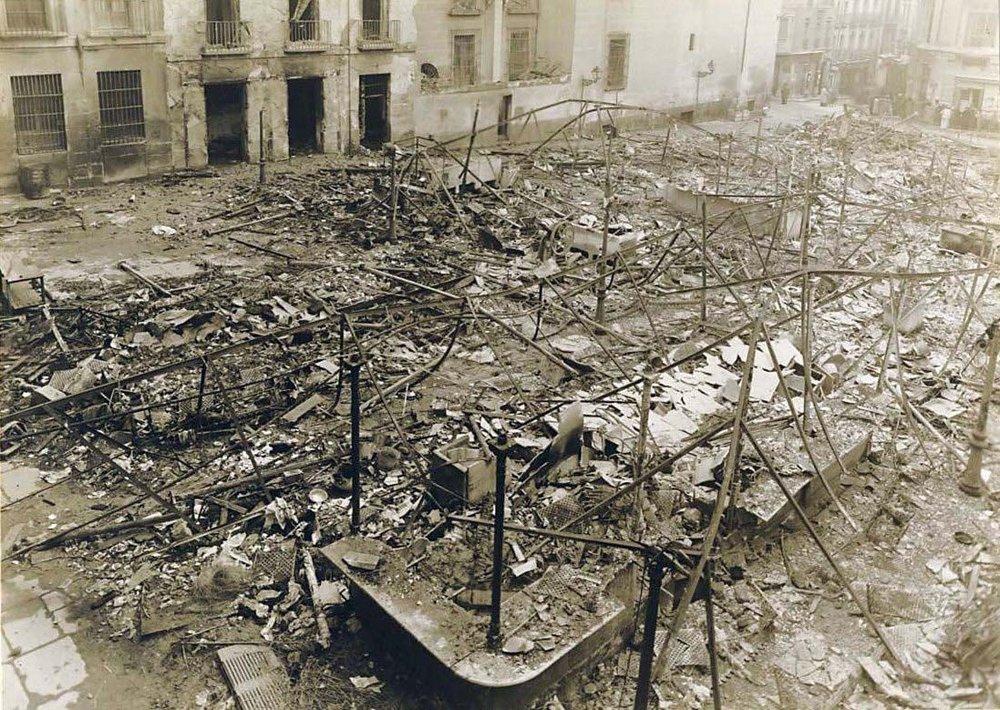 El mercado bombardeado durante la guerra civil. Al fondo, la entrada de la calle Tetuán
