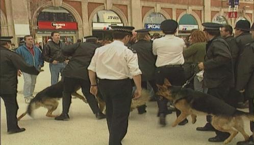 La policía interviene a la salida de una estación de metro en la «batalla de Waterloo»