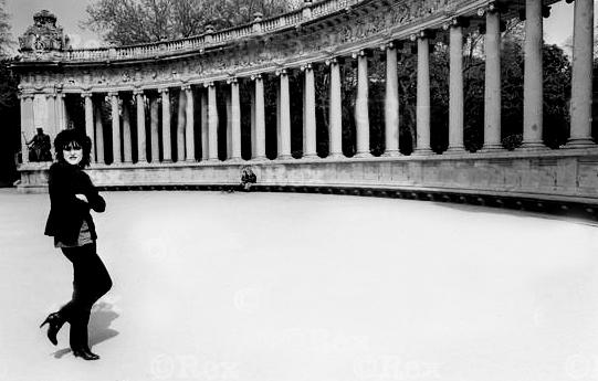 Increíble imagen de una Siouxsie en un parque de El Retiro cubierto de nieve