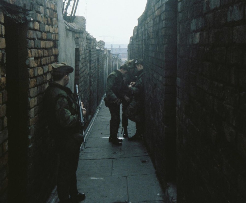 Gordons-on-patroll-in-Belfast-19778-checking-the-Map-in-a-Back-Alley-in-Belfast.-1200x991.jpg