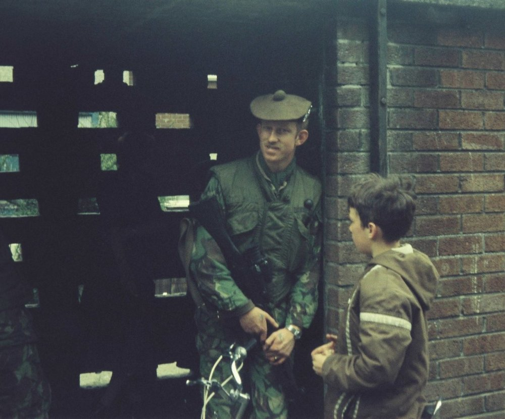 Gordon-Highlanders-on-Foot-Patrols-in-Bawnmore-Estate.-Belfast-1200x996.jpg