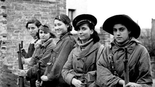 Rosario, segunda por la derecha, junto a otras milicianas