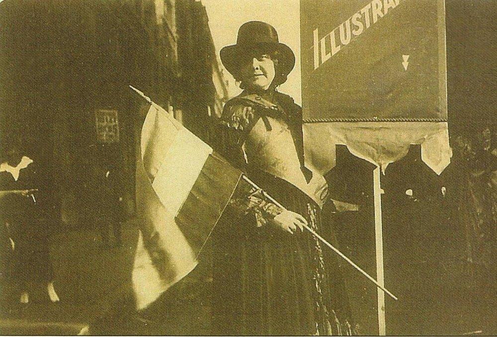 O'Neill durante una manifestación sufragista en Nueva York