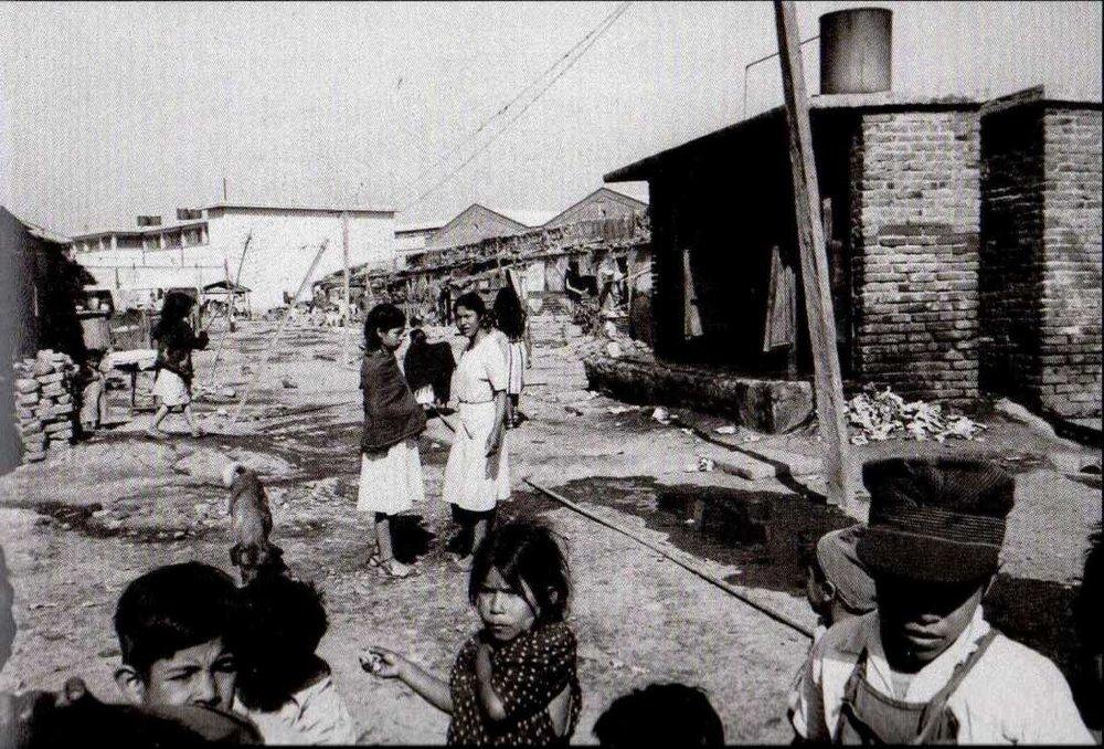 Fotografía de Luis Buñuel durante el rodaje de  Las Hurdes