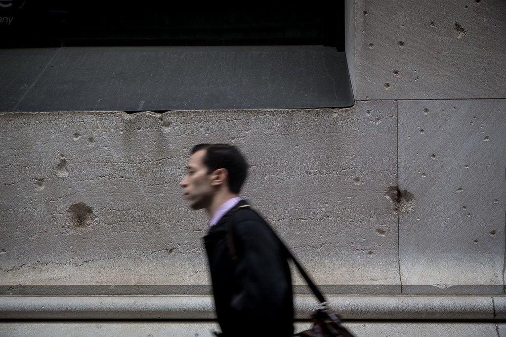 Efectos de la explosión aún visibles en algunos edificios de Wall Street. Fotografía: ALEX Q. ARBUCKLE/MASHABLE