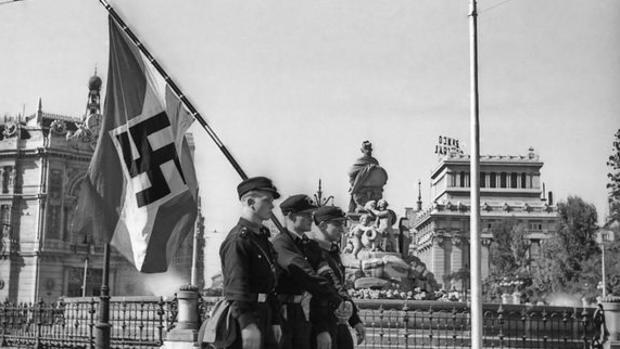 Miembros de las Juventudes Hitlerianas desfilan por el centro de Madrid (octubre de 1941)