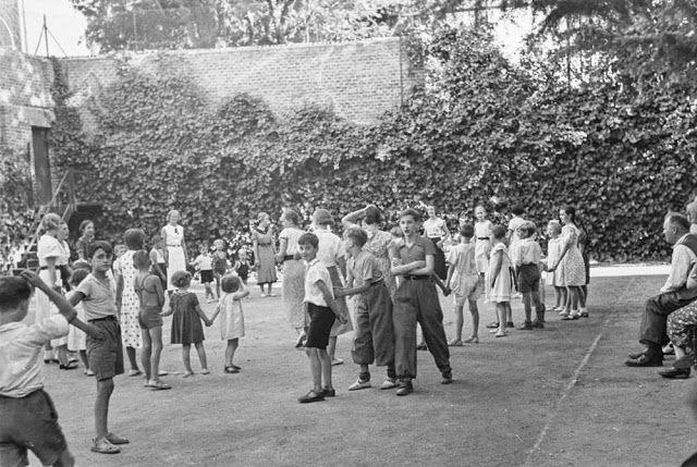 La embajada alemana en Madrid. Fuera, en el exterior, soldados y milicianos. Seguidamente, imágenes de los refugiados y sus familias entre julio y noviembre de 1936. Fotografías: Otto Wunderlich