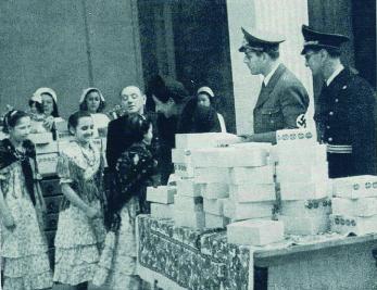 Representantes de Hitler reparten juguetes a los niños españoles en la embajada alemana ( Legiones y Falanges , enero de 1941)