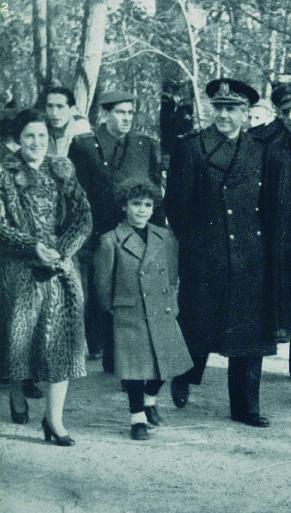 Serrano Suñer junto a Pilar Primo de Rivera visitan el Belén del Retiro  (Legiones y Falanges , enero de 1941)