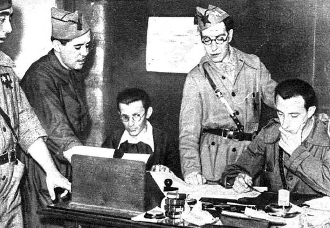 Marazuela, sentado y con gafas, al frente de los antifascistas segovianos