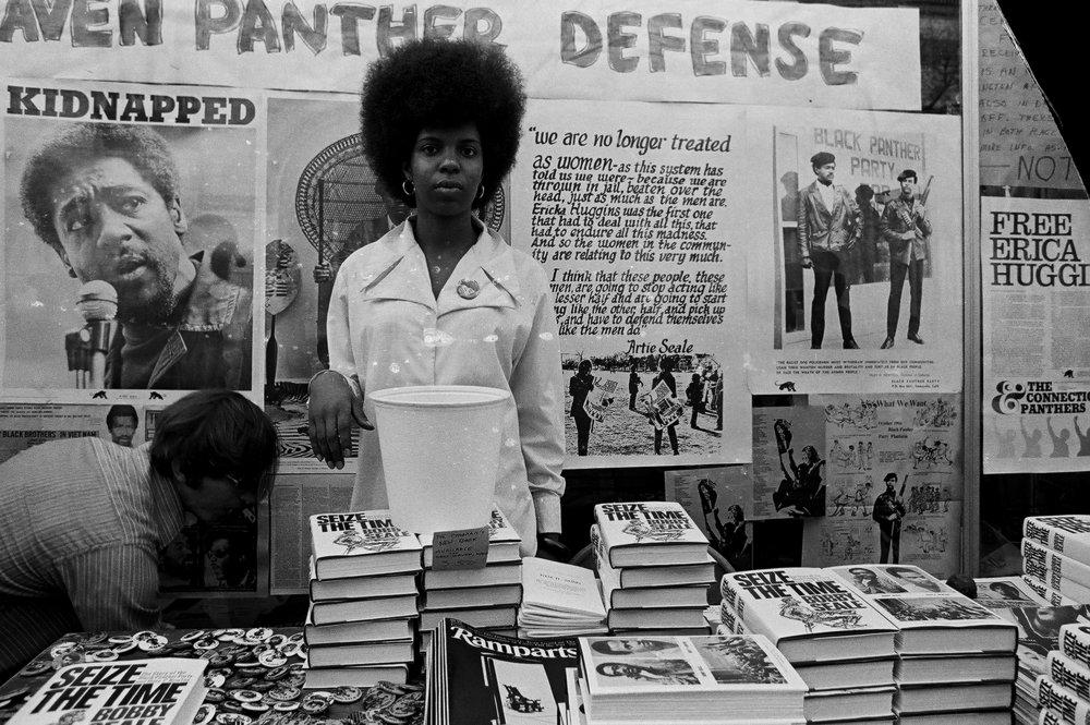 Militante de los Panteras Negras en una mesa de propaganda (1969). Fotografía: David Fenton