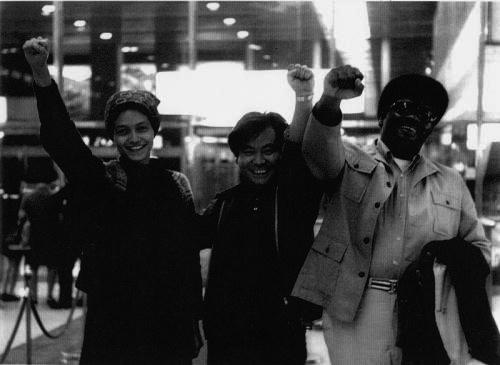 Roberta Alexander a la izquierda de la imagen con el puño en alto