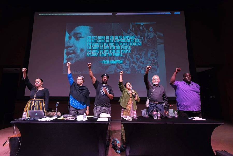 Roberta, la segunda por la izquierda, puño en alto durante una conferencia sobre  black power.  Fotografía: Joe Kendall