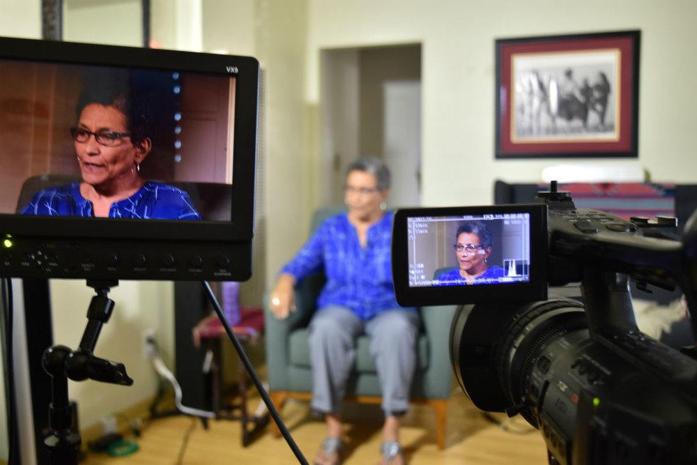 Roberta durante una entrevista para televisión. Fotografía:   Smithsonian Folklife