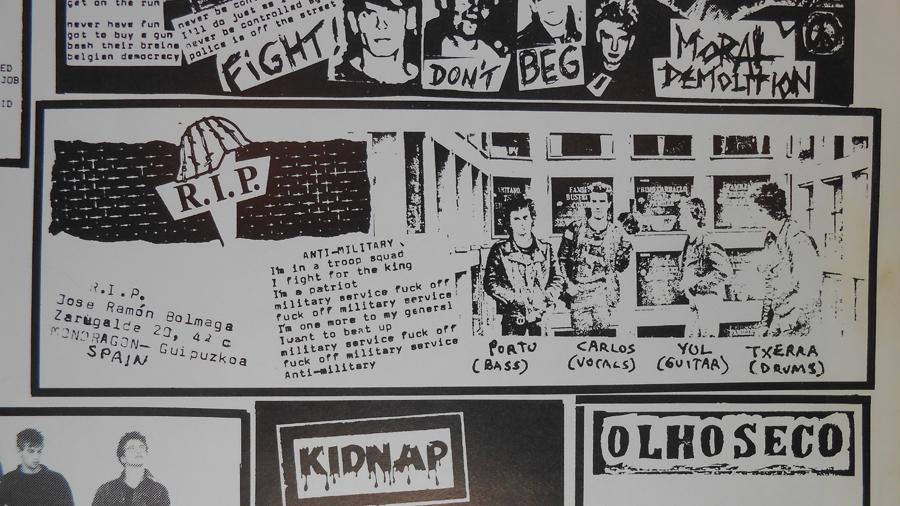 Carpeta interior del disco. RIP posando en el cementerio, junto a la letra de «Anti-militar» y su contacto