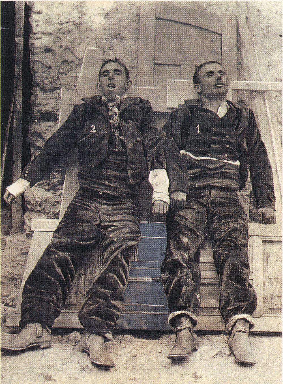 Anónimo. Los cadáveres de los bandoleros El Pernales [a la derecha] y El Niño del Arahal, exhibidos tras ser abatidos por la guardia civil, Villaverde de Guadalimar, 6 de octubre de 1907