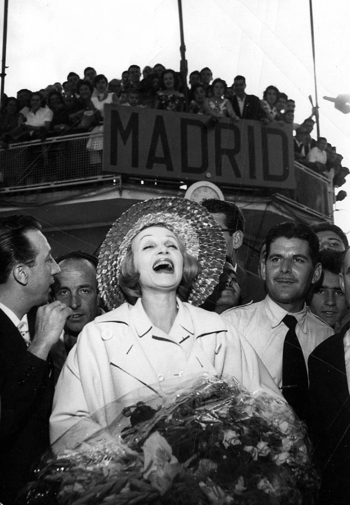 Varias imágenes de la llegada de Dietrich al aeropuerto de Barajas (Madrid). Fotografías: EFE