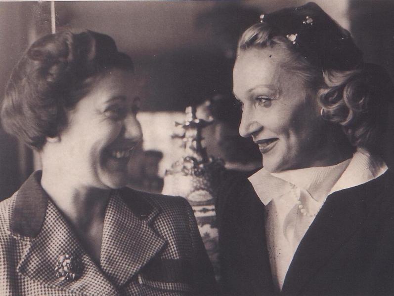 Josefina Carabias junto a Dietrich. Fotografía: Ayuntamiento de Arenas de San Pedro