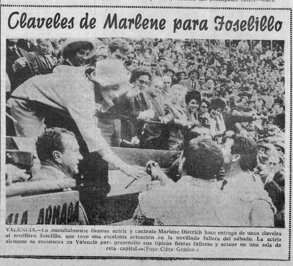 La actriz y cantante, en una corrida de toros en Valencia, entrega claveles a un novillero ( Imperio , 16 de marzo de 1963)