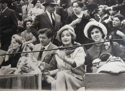 En Valencia, durante una corrida de toros (1963)