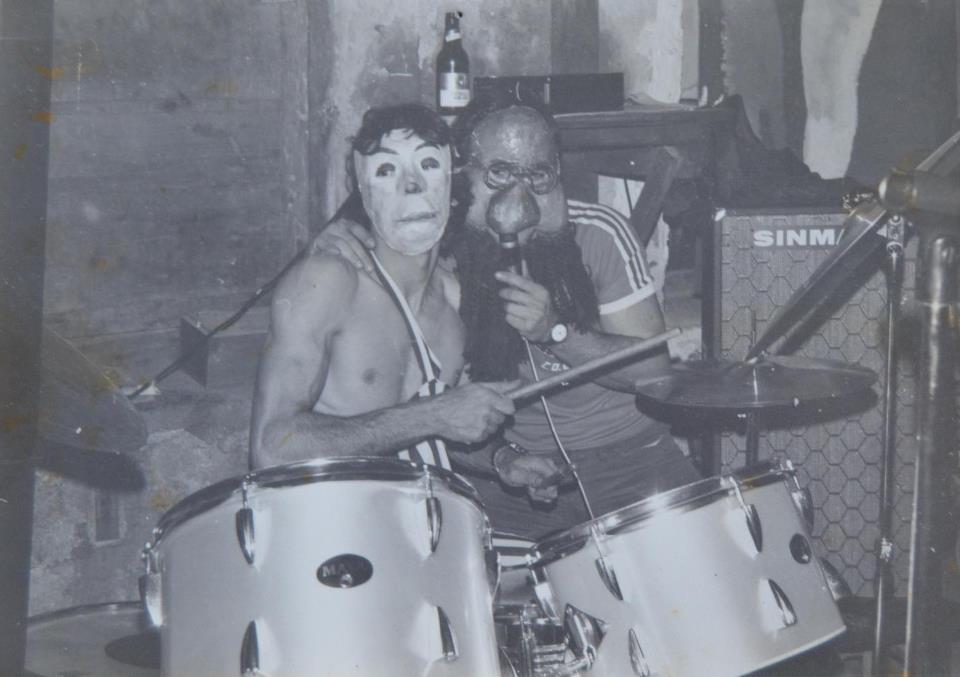 Decibelios en sus comienzos con las máscaras que usaban en sus primeras actuaciones