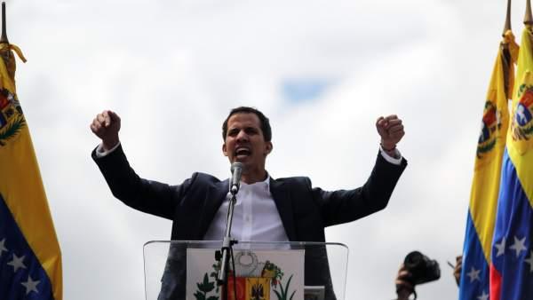 Juan Guaidó, en el momento de dirigirse a la multitud. EFE