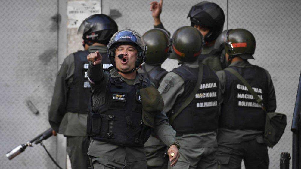 Miembros de la Guardia Nacional Bolivariana se enfrentan a los manifestantes. Fotografía: AFP