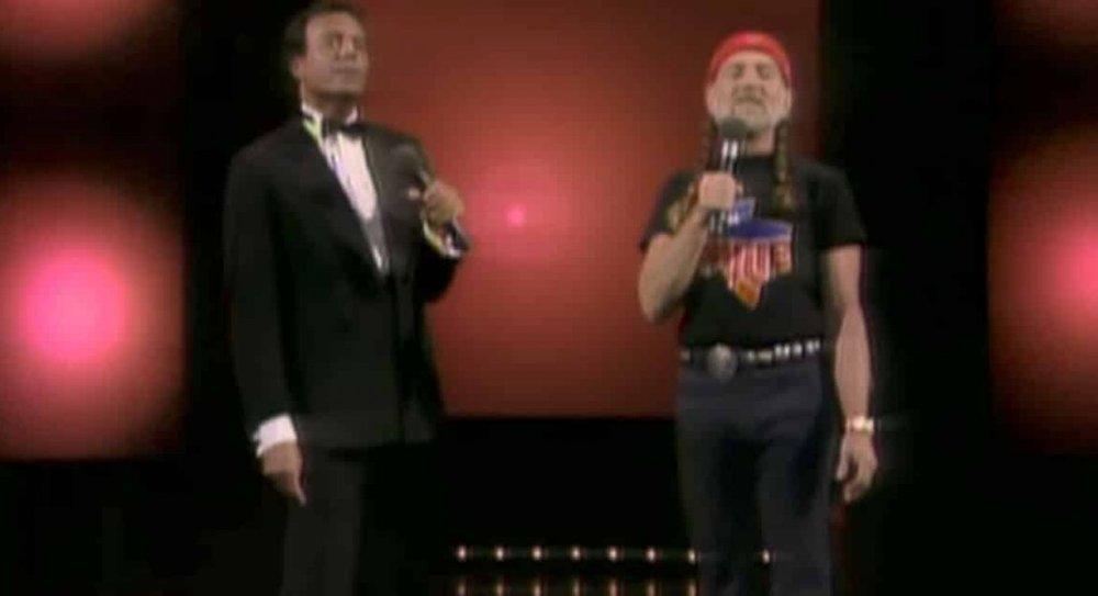 Dos instantes del increíble momento del dúo de Julio Iglesias y Willie Nelson