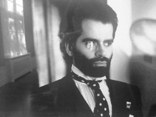 Karl Lagerfeld fotografiado por Helmut Newton a mediados de los 80