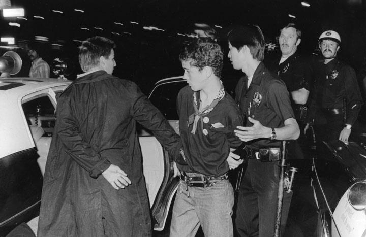 Una pareja de chicos detenidos tras un concierto de Blak Flag (1980). Fotografía: Ron Felsing