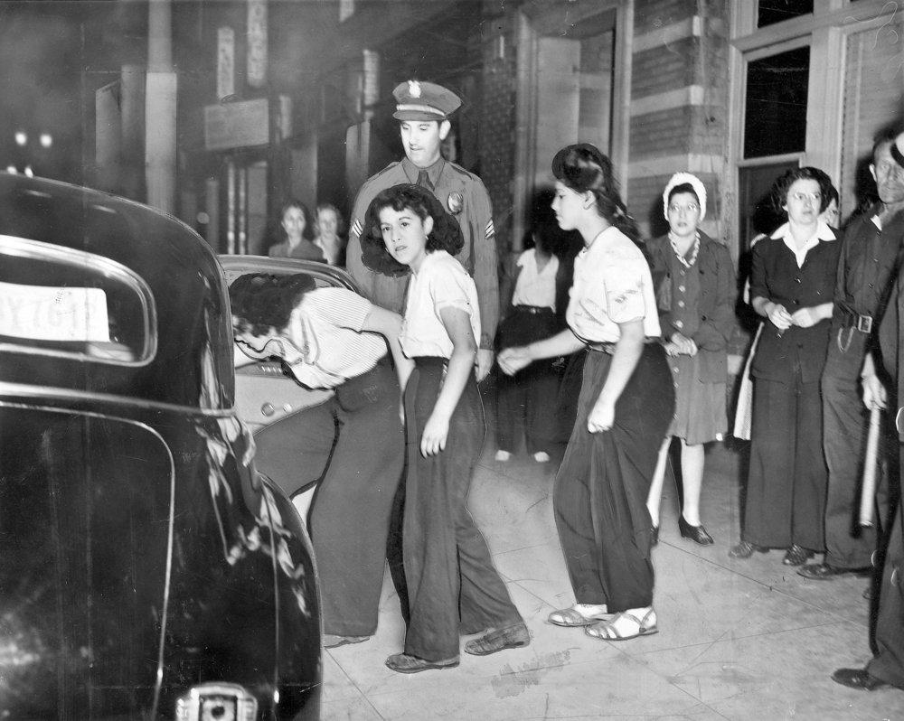 Varias chicas son detenidas durante los disturbios zoot suit de 1943. La prensa, en esta ocasión, afirmó que pertenecían a la «Banda de la Viuda Negra», un nombre posiblemente inventado (1942). Fotografía: Jack A. Herod / Los Angeles Times