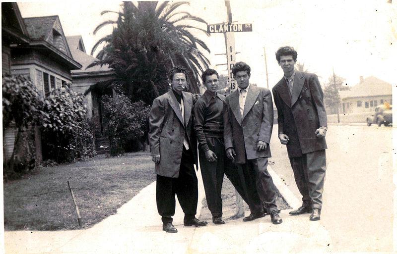 Dos imágenes de las primeras pandillas de pachucos en los años cuarenta