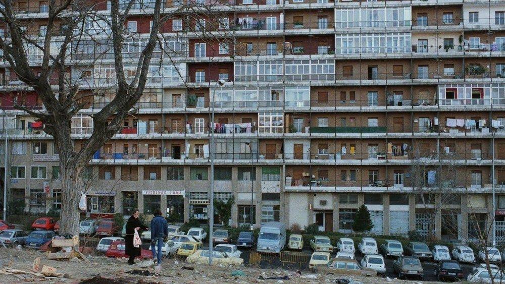 Fotograma de la película de Almodóvar  ¿Qué he hecho yo para mereces esto? , que fue rodada en el barrio de la Concepción de Madrid (1984)