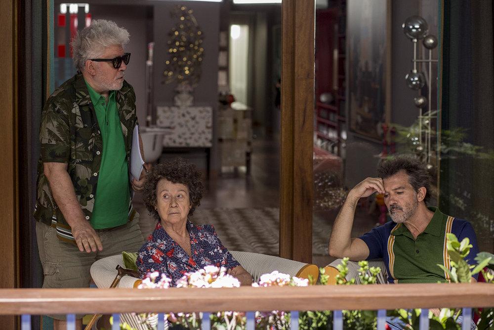 Perdo Almodóvar, Julieta Serrano y Antonio Banderas durante el rodaje de  Dolor y Gloria