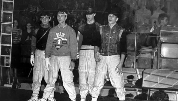 Un colectivo de breakers soviéticos durante una «batalla» (1987)
