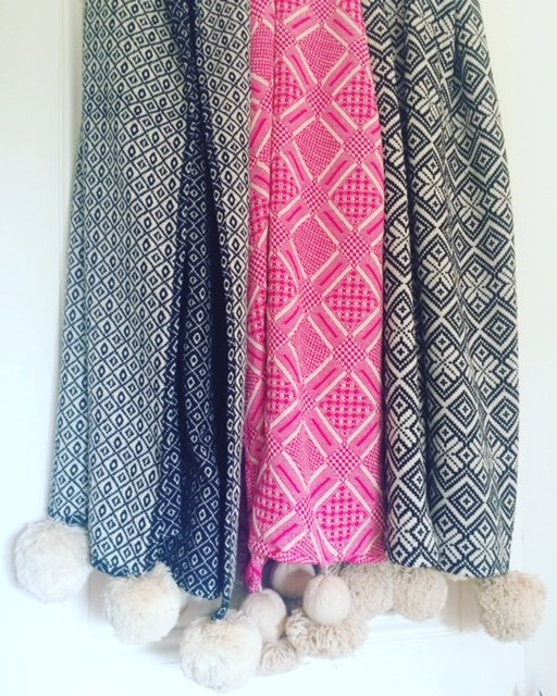 Pink pom pom blanket by Projektityyny