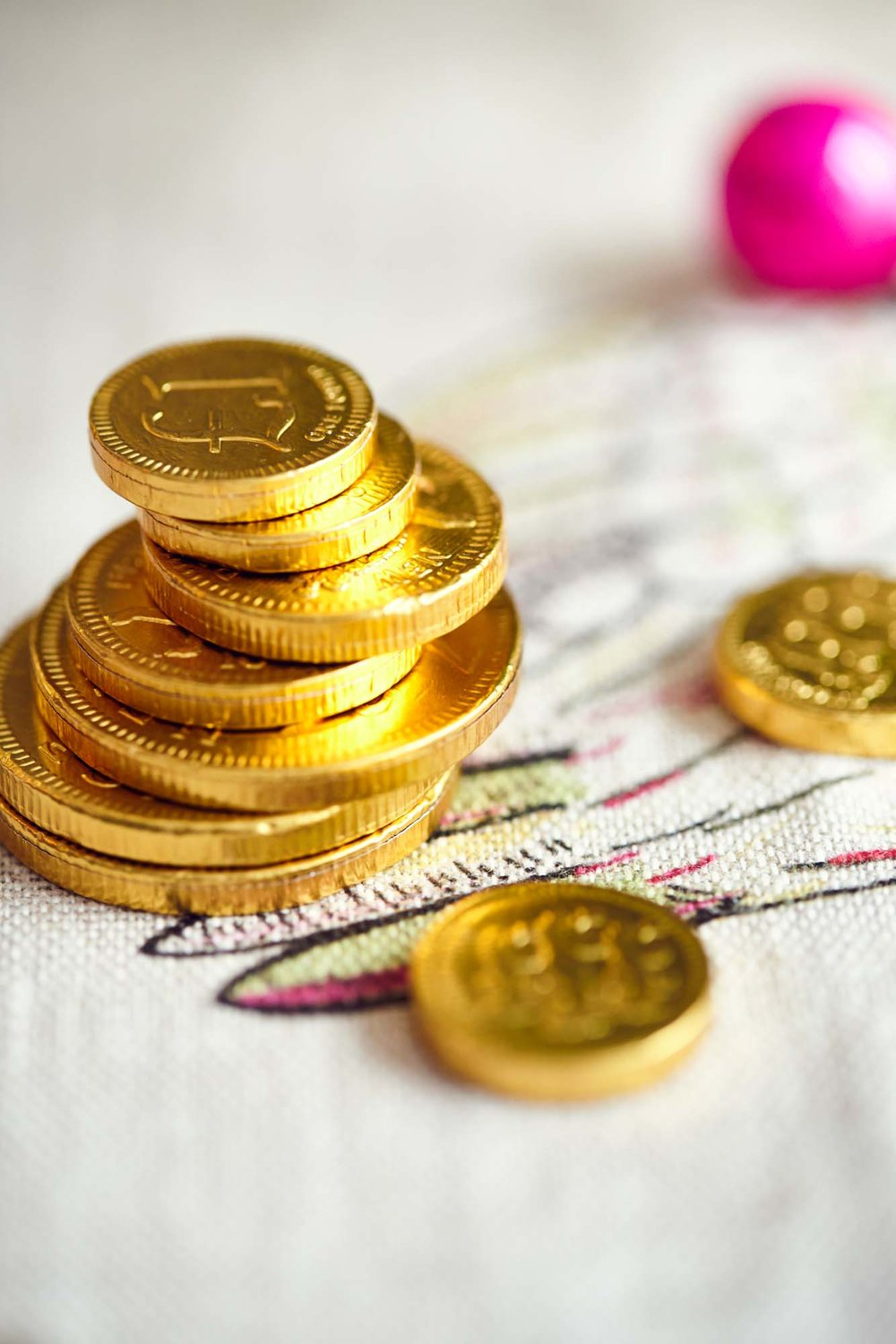 Chocolate coins as a Christmas table decoration