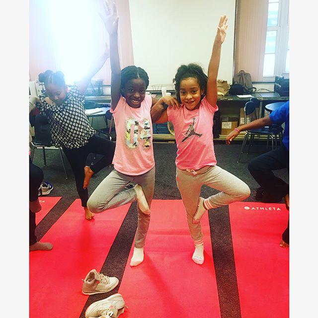 Teamwork making the dream work at Mastery: McGraw Elementary this morning 💪🏽👯♂️ #BRIDGE #yoga #kidsyoga #yogainschools #greaterphiladelphia