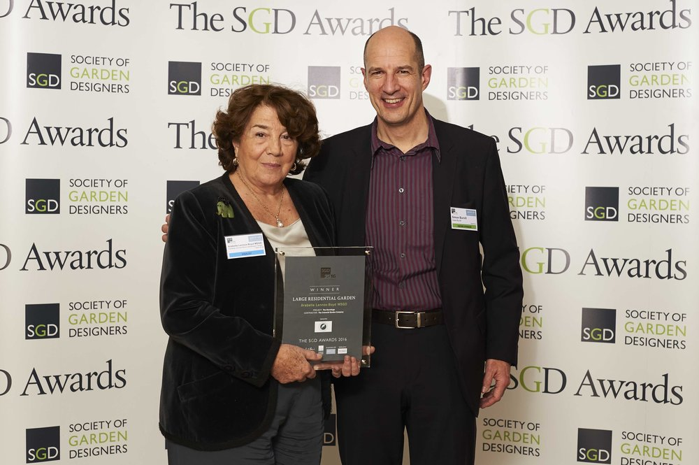 Simon Burvill, Managing Director of Gaze Burvill presents Arabella Lennox-Boyd MSGD with the Large Residential Award