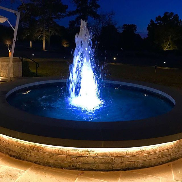 A fountain of light.⠀ .⠀ .⠀ .⠀ #fountain #night #nightphotography #colonialwilliamsburg #virginia #travel #romantic #glow #glowing #water #relaxing #evening