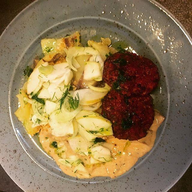 Dagens tallrik: A la Lindström med potatiskaka, svampsås, sallad av päron/citron/fänkål/dill och persiljeolja. #husmanskost #plantbased #fridhemsgatan #veganlunch #växtbaserat #foodporn #foodie