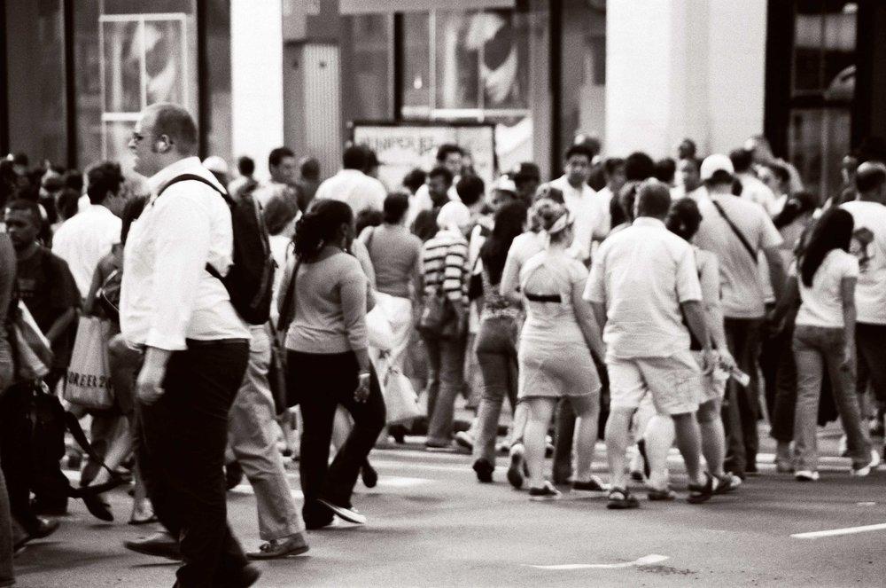 """La foule (New-York / 2005) ©Neirie R. Nguyen Exposition """"Urbanités new-yorkaises"""" - Paris - 2009 -"""