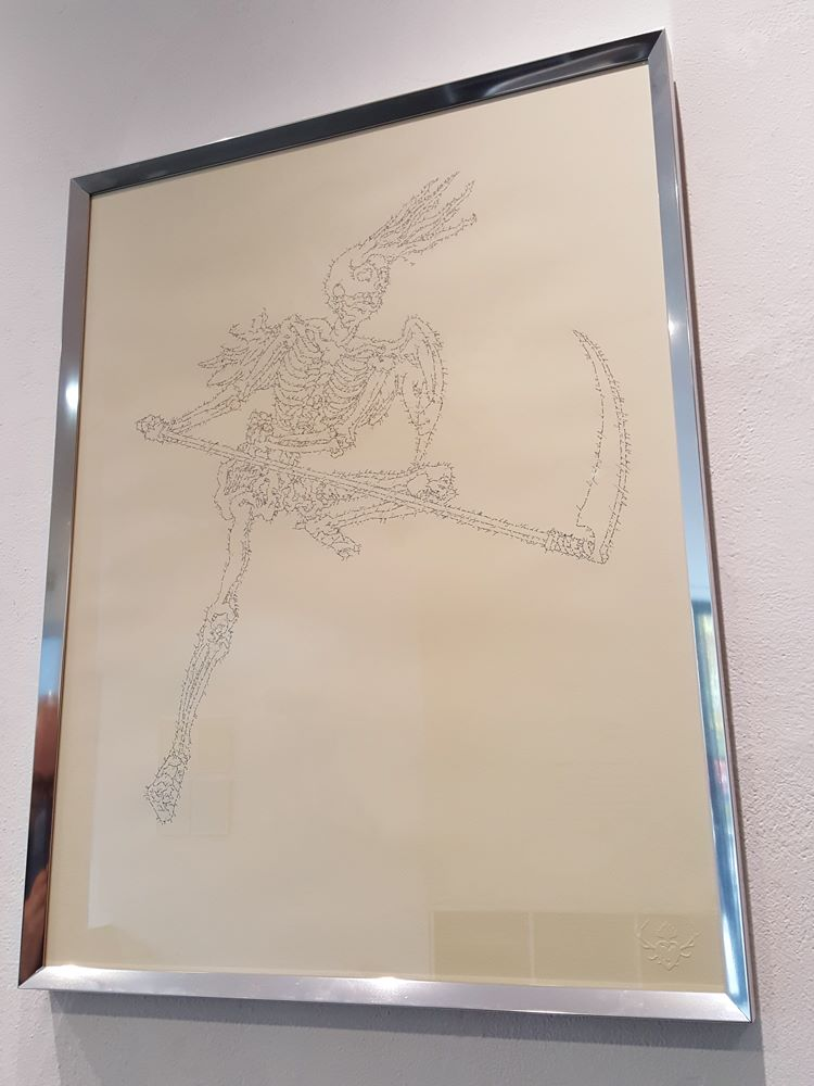 La Philosophie dans le boudoir - Squelette ailé à la faux, Marc Molk, 2016, calligramme, encre de Chine sur papier, 65 x 50 cm